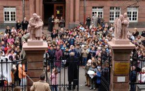 Die wiederhergestellten Schulkinderfiguren an der Mozartschule